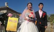 Cô dâu, chú rể Trung Quốc tổ chức đám cưới ở nghĩa trang