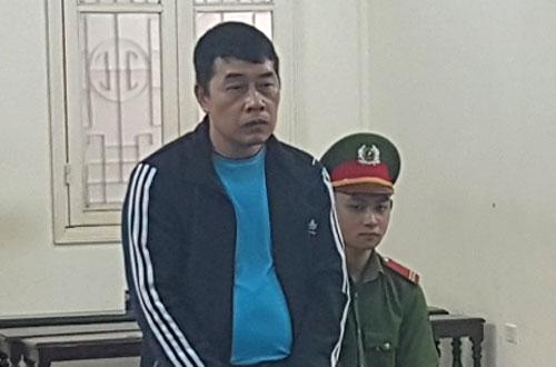 Bị cáo Vi Văn Tuấn (đứng) tại phiên tòa sơ thẩm.