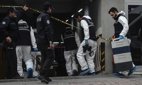 Nhân viên pháp y Thổ Nhĩ Kỳ khám một chiếc xe của lãnh sự quán Arab Saudi tại một bãi đậu ở Istanbul. Ảnh: AFP.