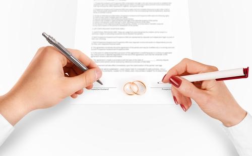 Nếu soạn đúng cách, hợp đồng tiền hôn nhân có thể giảm thiểu rủi ro của hai bên. Ảnh: Law.