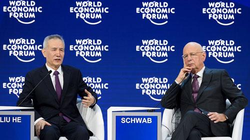 Phó thủ tướng Trung Quốc Lưu Hạc (trái) phát biểu tại Diễn đàn Kinh tế Thế giới ở Davos hồi tháng 1. Ảnh: CGTN.