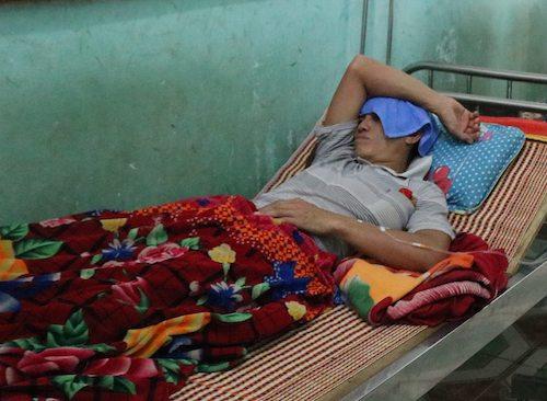 Một trong số các bệnh nhân bị ong đốt đang cấp cứu tại Trung tâm y tế huyện Kỳ Sơn tối 24/10. Ảnh: Lượng Nguyễn.