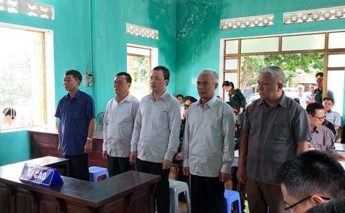 5 bị cáo: Khuây, An, Doanh,Bình và Mên nghe HĐXX tuyên án. Ảnh: Giang Chinh