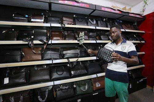 Một chàng trai người Benin làm daigou ở Trung Quốc, mua các sản phẩm Trung Quốc và bán lại cho khách hàng ở quê hương. Ảnh: VCG.