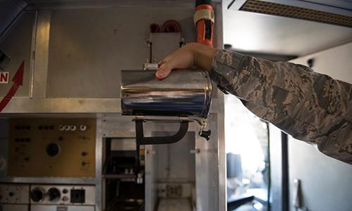 Chiếc cốc cafe có giá hơn 1.200 USD dành cho các loại máy bay vận tải và máy bay tiếp liệu của Mỹ. Ảnh: US Air Force.