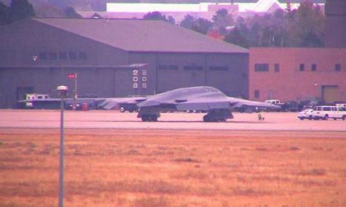 Chiếc B-2 sau khi hạ cánh khẩn cấp tại bang Colorado hôm 23/11. Ảnh: Denver Post.