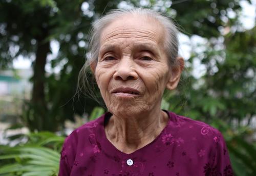 Bầ Trần Thị Thông, cựu thanh niên xung phong, từng tham gia san lấp hố bom ở Truông Bồn. Ảnh: Nguyễn Hải