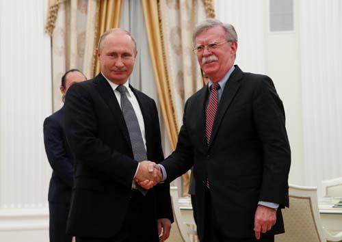 Tổng thống Nga Vladimir Putin (phải) bắt tay Cố vấn An ninh Quốc gia Mỹ John Bolton trong cuộc gặp tại Điện Kremlin hôm 23/10. Ảnh: Reuters.