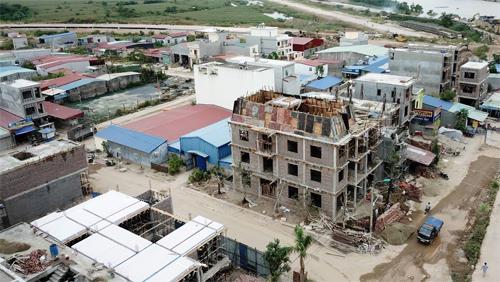 Toàn bộ khu A rộng 5ha được san lấp, mở rộng thành 5,7 ha, chia lô bán nền và xây nhà trái phép. Ảnh: Giang Chinh