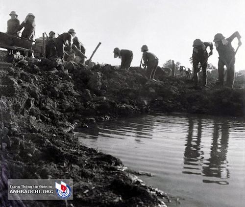 Bức ảnh mà tác giả Phùng Triệu chụp Tiểu đội thép san lấp hố bom tại Truông Bồn tháng 8/1968.