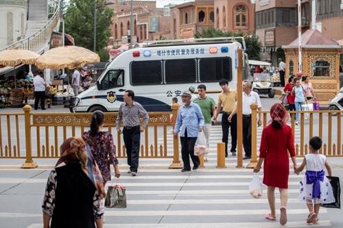 Xe cảnh sát đi tuần ở Kashgar, Tân Cương tháng 6/2017. Ảnh: AFP.