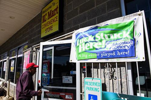 Băng rôn có dòng chữ May mắn đã đánh xuống đây! được treo bên ngoài cửa hàng KC Mart. Ảnh: Greenville News