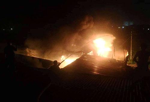 Đám cháy bùng phát tại khố 2 phường Vĩnh Tân đêm 25/10. Ảnh: CTV.