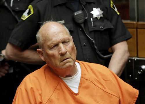 Kẻ sát nhân 72 tuổi trong bộ áo tù màu da cam. Ảnh: AP.