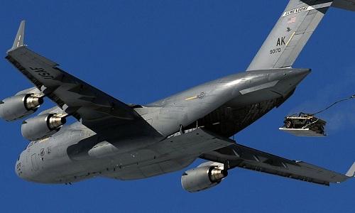 Vận tải cơ C-17 Mỹ thả thiết giáp trong một đọt huấn luyện. Ảnh: Fox News.