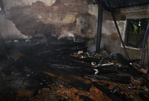Ngôi nhà gỗ cấp bốn gia đình ông Tài đổ sập sau vụ cháy.