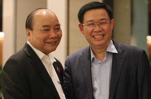 Từ trái qua: Thủ tướng Nguyễn Xuân Phúc và Phó thủ tướng Vương Đình Huệ trước giờ công bố lấy phiếu tín nhiệm chiều 25/10. Ảnh: Võ Hải