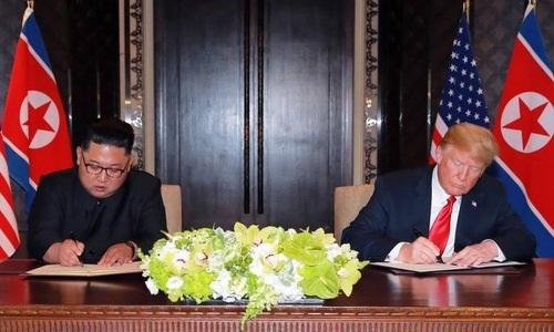 Lãnh đạo Triều Tiên (trái) và Tổng thống Mỹ tại hội nghị thượng đỉnh ở Singapore hồi tháng 6. Ảnh: Reuters.