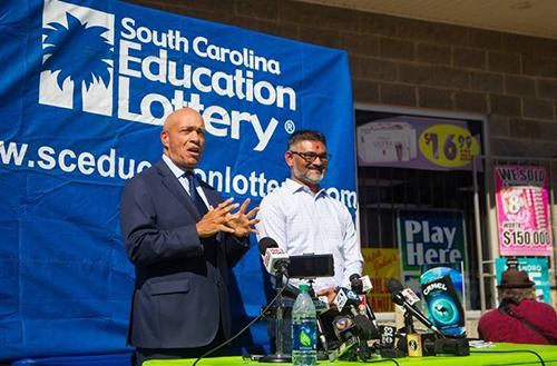 Ông Patel vàông Tony Cooper, giám đốc điều hành cơ quan xổ số bang South Carolina,trong cuộc họp báo công bố về giải độc đắc của Mega Millions hôm 24/10. Ảnh: The Herald