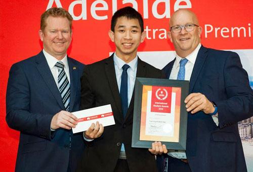 Trần Huỳnh Minh Tuấn (giữa) nhận giải thưởng Sinh viên quốc tế xuất sắc nhất Nam Australia. Ảnh: oisp.hcmut.edu.vn.