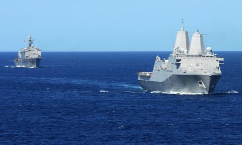 USS Gunston Hall (sau) và USS New York trong một chuyến tuần tra năm 2012. Ảnh: US Navy.
