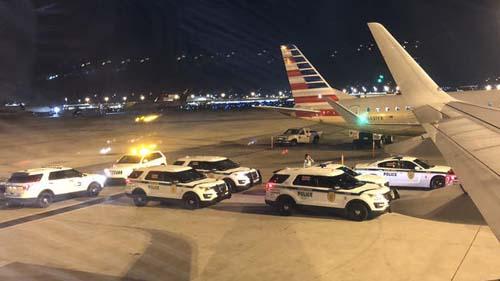 Xe cảnh sát xuất hiện trên đường băng sân bay quốc tế Miami hôm 24/10. Ảnh: Twitter.