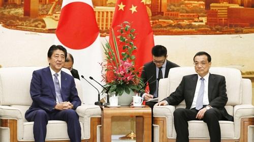Thủ tướng Nhật Bản Shinzo Abe (trái) và Thủ tướng Trung Quốc Lý Khắc Cường trong cuộc gặp hôm nay tại Bắc Kinh. Ảnh: Kyodo.