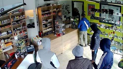 Hình ảnh băng cướp đi vào cửa hàng thuốc lá ở ngoại ô thành phố Charleroi, Bỉ do camera an ninh ghi lại. Ảnh: BBC.