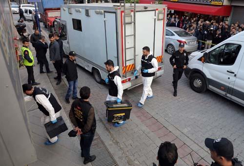Chuyên gia pháp chứng Thổ Nhĩ Kỳ tìm kiếm bằng chứng hôm 22/10 tại một bãi đỗ xe ở Istanbul, nơi có chiếc xe thuộc sở hữu của lãnh sự quán Arab Saudi. Ảnh: Reuters.