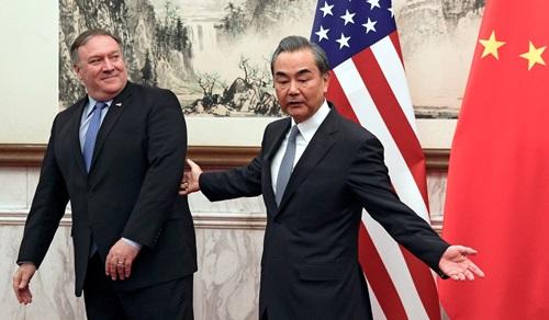 Ngoại trưởng Mỹ Mike Pompeo (trái) và Ngoại trưởng Trung Quốc Vương Nghị trong cuộc gặp tại Bắc Kinh hôm 8/10. Ảnh: Reuters.