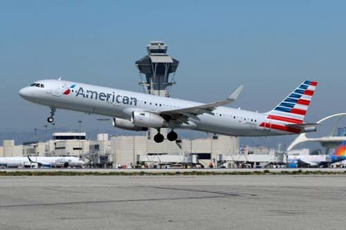 Một máy bay chở khách của  American Airlines cất cánh từ sân bay Quốc tế Los Angeles, Mỹ. Ảnh: Reuters.