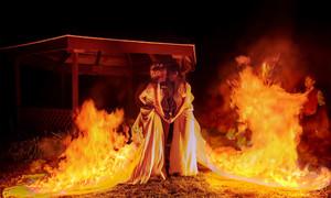 Cặp đồng tính Mỹ đốt váy cưới khi cử hành hôn lễ