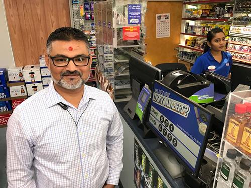 ÔngC.J. Patel, chủ cửa hàng đã bán ra chiếc vé trúng giải độc đắc 1,6 tỷ USd.Ảnh: Greenville News