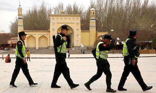 Cảnh sát đi tuần trước nhà thờ Id Kah