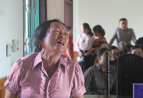 Người nhà nạn nhân gào khóc khi chủ tọa tuyên bố hoãn phiên tòa. Ảnh: Đức Hùng