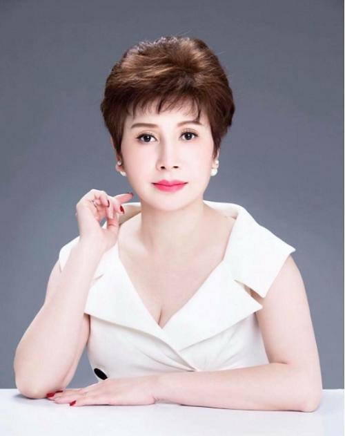 Chị Đặng Thanh Hằng (51 tuổi) Chủ tịch tập đoàn Thanh Hằng , Cố vấn sắc đẹp Hoa hậu Việt Nam