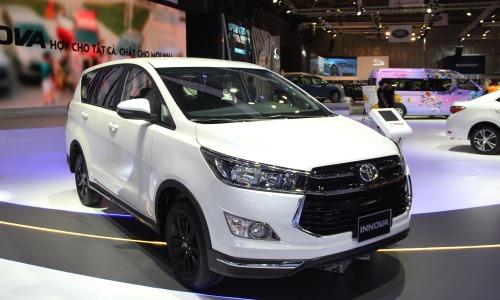 Toyota Innova 2.0 Venturer màu trắng ngọc trai tại triển lãm ôtô Việt Nam 2018.