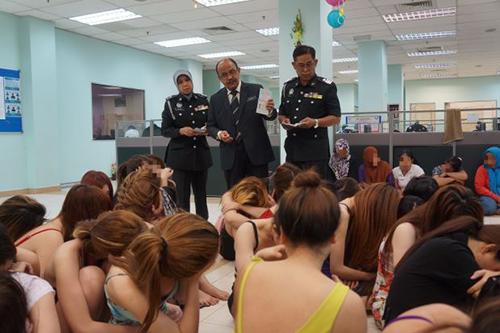 Các phụ nữ Việt bị bắt trong đợt truy quét ở Malaysia năm 2015. Ảnh: The Star.
