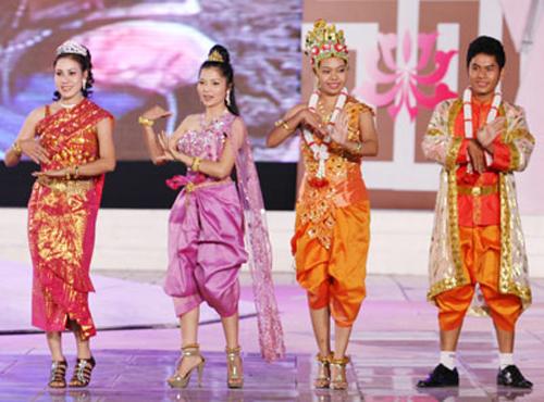 Người Khmer trong trang phục truyền thống. Ảnh: Cinet.