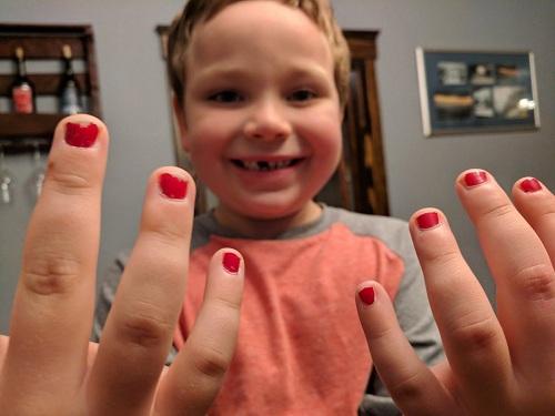 Sam rất thích sơn móng tay. Ảnh: Twitter