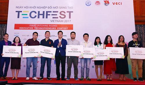 Các đội đoạt giải cuộc thi khởi nghiệp sáng tạo tại Techfest năm 2017. Ảnh: TTTT.