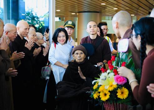 Thiền sư Thích Nhất Hạnh tại sân bay Đà Nẵng chiều ngày 26/10. Ảnh: Nguyễn Sum