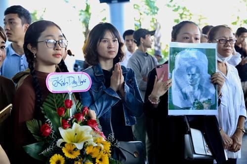 Các phật tử ra sân bay chờ đón thiền sư Thích Nhất Hạnh. Ảnh: Nguyễn Sum