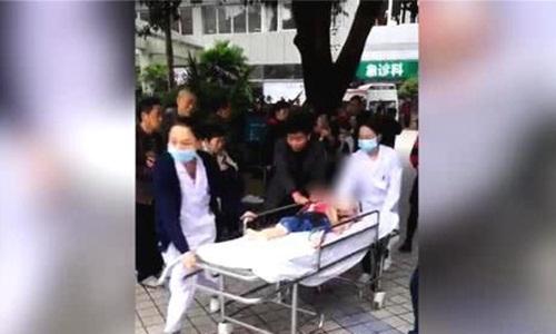 Một học sinh được chuyển tới bệnh viện. Ảnh: Sina.
