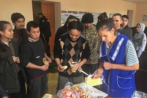 Nhóm người Việt được phân phát thức ăn tại đồn cảnh sát Kiev. Ảnh: Kyivpost