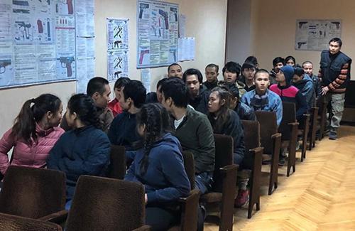 28 người Việt tại đồn cảnh sát tỉnh Kiev hôm 24/10. Ảnh: National Police of Ukraine