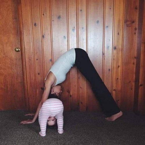 Mẹ con cùng luyện tập.
