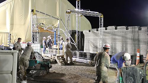 Binh sĩ thủy quân lục chiến Mỹ học cách in nhà bằng máy in 3D. Ảnh: MCSC.