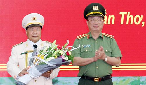 Thượng tướng Ngyễn Văn Thành chúc mừng tân Giám đốc Công an TP Cần Thơ. Ảnh: Nguyễn Đức