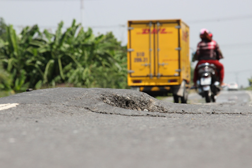 Mặt đường bị lún khoảng 1m2, nhựa đùn gây nguy hiểm trên tuyến tránh. Ảnh: Hoàng Nam